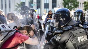 Trump no puede ser enjuiciado por ordenar el violento desalojo de manifestantes frente a la Casa Blanca, determina una jueza