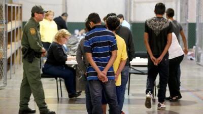 """""""Es como una represa rompiéndose"""": cientos de inmigrantes son liberados en Arizona porque ICE no tiene donde albergarlos"""