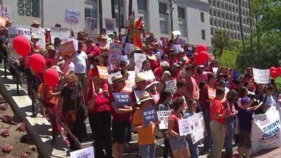 Activistas en Los Ángeles se unen a las marchas para exigir mayor control en la venta y compra de armas de fuego