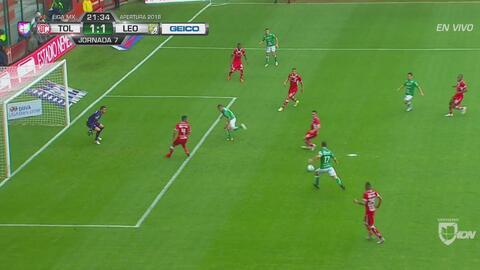 Mauro Boselli perdonó el 2-1 con este penal en movimiento