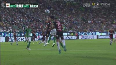Cabezazo de Macías intenta vencer a Vargas, pero el portero está bien ubicado