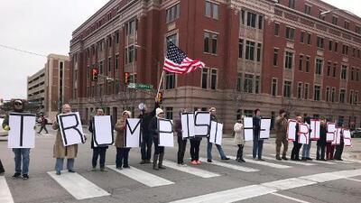 Protesta en Fort Worth en contra del estado de emergencia