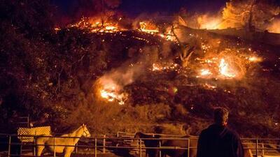 Incendios en el sur de California no dan tregua y amenazan con devorar más de 20,000 estructuras