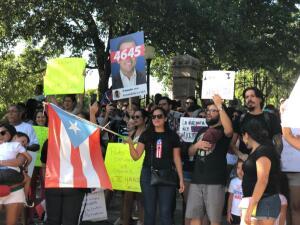 Grupo de boricuas se manifiesta en el Capitolio de Texas para exigir la renuncia del gobernador de Puerto Rico