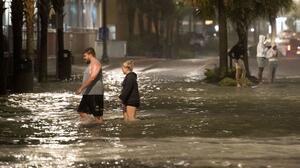Isaías vuelve a ser tormenta tropical tras tocar tierra como huracán en Carolina del Norte