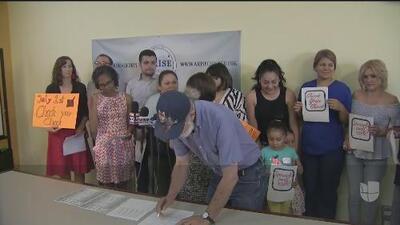 Lanzan una campaña para informar sobre el aumento del salario mínimo para trabajadores en el condado Cook