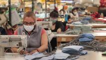 California evalúa eliminar el uso obligatorio de mascarillas en espacios de trabajo: esto debes saber