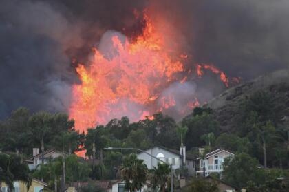 Más de 20.000 estructuras siguen amenazadas y aproximadamente 9.000 hogares están bajo órdenes de evacuación obligatorias.