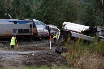En fotos: Un tren se descarrila y cae a la autopista interestatal al sur de Seattle