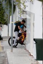 Gerard Piqué recoge del colegio a Milan en bicicleta