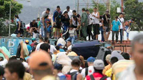 La desesperación llevó a cientos de venezolanos a desafiar las medidas de Maduro y cruzar el Puente Simón Bolívar