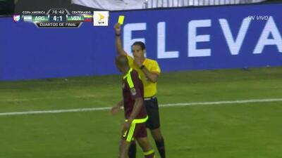 Tarjeta amarilla. El árbitro amonesta a José Salomón Rondón Giménez de Venezuela