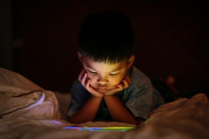 Ver Disney +, Netflix y los canales de YouTube para niños, hay muchos videos educativos.