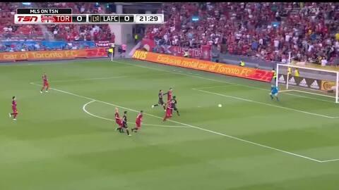 Remate de Diego Rossi se desvía y el LAFC toma ventaja en suelo canadiense