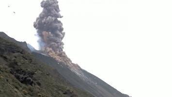 Cenizas y lava a más de 300 pies: el impresionante estallido de un volcán al entrar en erupción
