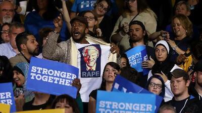 Hombre con camisa insultando a Bill Clinton es expulsado del evento de Hillary Clinton