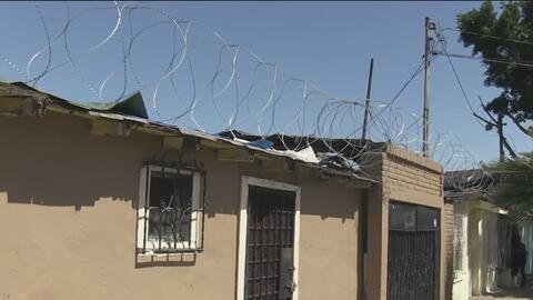 Residentes de Tijuana se roban el alambre de púas en la frontera con EEUU para proteger sus casas