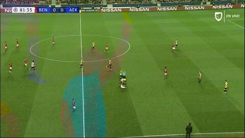 Tarjeta amarilla. El árbitro amonesta a Konstantinos Galanopoulos de AEK Athens