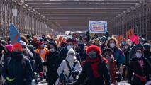 Portando sus uniformes de empleo, trabajadores inmigrantes marchan por Nueva York exigiendo ayuda estatal