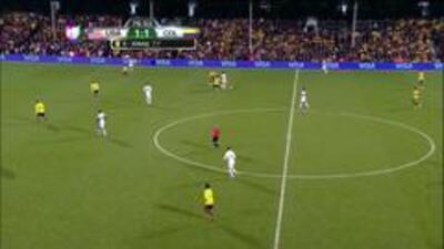 Tarjeta amarilla. El árbitro amonesta a Santiago Arias de Colombia