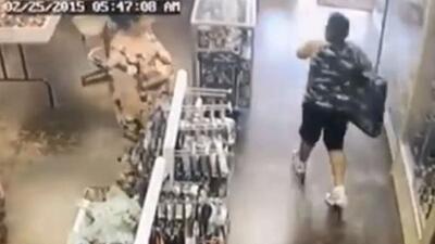 En video: adultos ayudan a un niño a robar un juguete de una tienda con un valor de casi $200