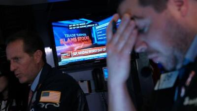 Se desploma la Bolsa de Nueva York, discurso de Trump tras tiroteos masivos deja más interrogantes que respuestas, y más