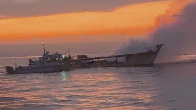 Suspenden labores de rescate tras incendio de un bote en la isla Santa Cruz y 14 personas siguen desaparecidas