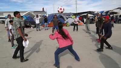 Migrantes de la caravana en Tijuana conservan el optimismo pese a las duras condiciones que enfrentan