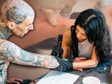 Mientras Kourtney Kardashian tatúa a su novio, la ex de Travis Barker borra su nombre de la mano