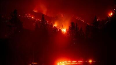 """""""¡Dios mío, quiero irme!"""": el pánico de una mujer frente a un voraz incendio en California"""