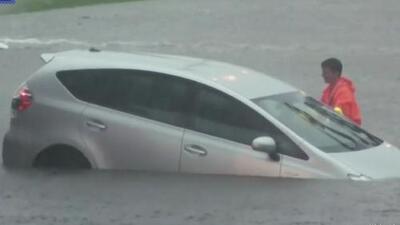 Las tormentas en Texas desbordaron arroyos, inundaron carreteras y dejaron atrapados a decenas de conductores