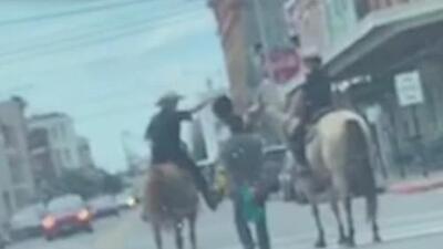 Policía de Galveston se disculpa por suceso en el que un detenido es escoltado por dos oficiales montados en caballos