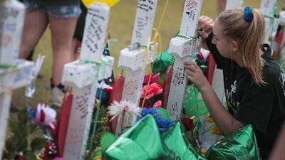 Con un altar improvisado, comunidad de Santa Fe, Texas, rinde homenaje a las víctimas de la masacre