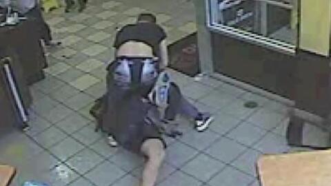 En video, un hombre la emprende a puñetazos contra varias personas en restaurante de Massachusetts