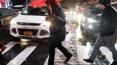 Señalan a políticos y meteorólogos como responsables del caos por la tormenta de nieve que azota el noreste de EEUU