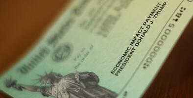 Un cheque de $1,200 llega hasta Suecia: IRS reconoce que envió por error esta ayuda a personas en el exterior que no eran elegibles