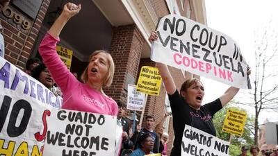 Activistas proMaduro toman la sede de la embajada de Venezuela en Washington
