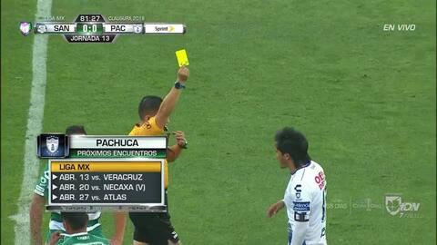 Tarjeta amarilla. El árbitro amonesta a Jorge Hernández de Pachuca