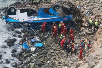 """En fotos: Al menos 36 fallecidos al caer un autobús por la """"curva del diablo"""" en Perú"""
