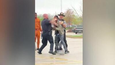 Un policía blanco de Wisconsin es captado en video al golpear a adolescente negro en la cara