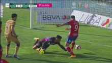 ¿Cuál falta? Talavera suelta el balón, Ibáñez anota y lo anulan