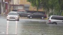 Advierten sobre los riesgos de ser arrastrados por la corriente en zonas inundadas a causa de las lluvias