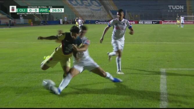 ¡Barrida fuerte, pero al balón! Jhonatan Paz anula a Sergio Díaz