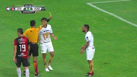 Tarjeta amarilla. El árbitro amonesta a Alan Mendoza de Pumas UNAM