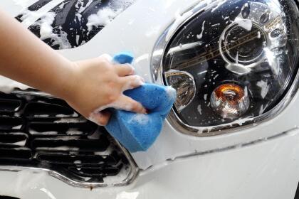 <b>4. Lava el carro de nuevo</b>: <br> <br>- Lava cuidadosamente todas las superficies tratadas con la pulitura. <br>- Esta vez deberás  <b>secar el auto totalmente</b>. <br>