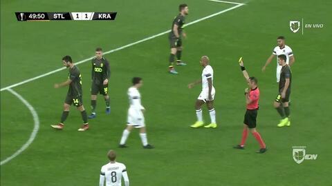 Tarjeta amarilla. El árbitro amonesta a Kostas Laifis de Standard Liège