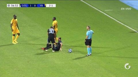 Tarjeta amarilla. El árbitro amonesta a Sekou Sanogo de Young Boys
