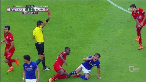 Javier Salas recibe roja directa por falta sobre Quiñones