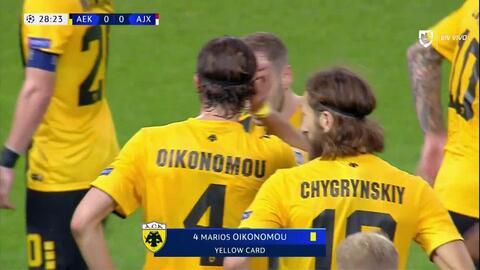 Tarjeta amarilla. El árbitro amonesta a Marios Oikonomou de AEK Athens