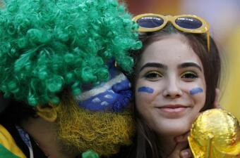 Los fanáticos muestran su alegría y amor por el fútbol en el duelo de Brasil y Bélgica